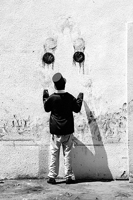 Juggla by Robin Rhode