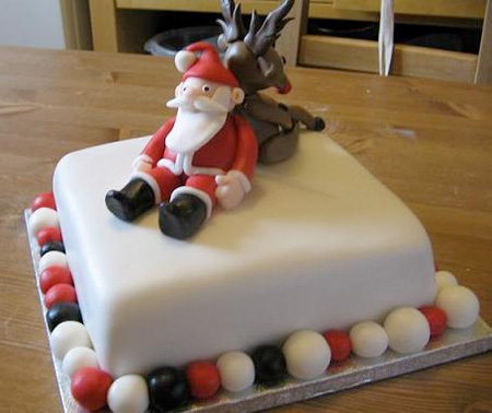 EzineArticles - Decorating Christmas Cakes